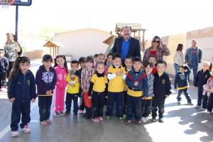 el alcalde con los niños beneficiarios